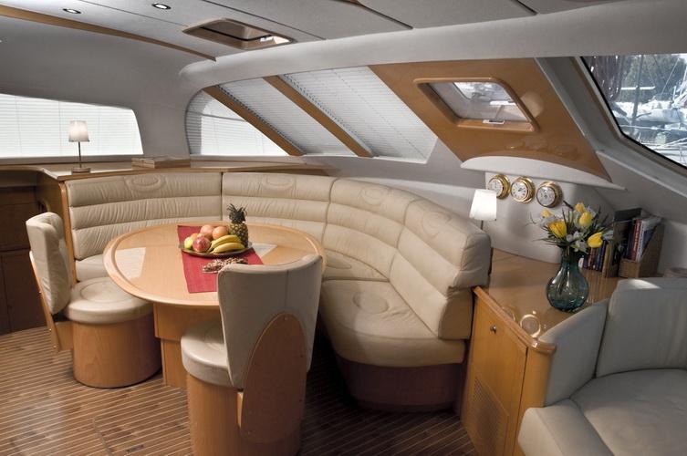 catamaran-priviledge-585-2